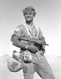 חייל עם עוזי